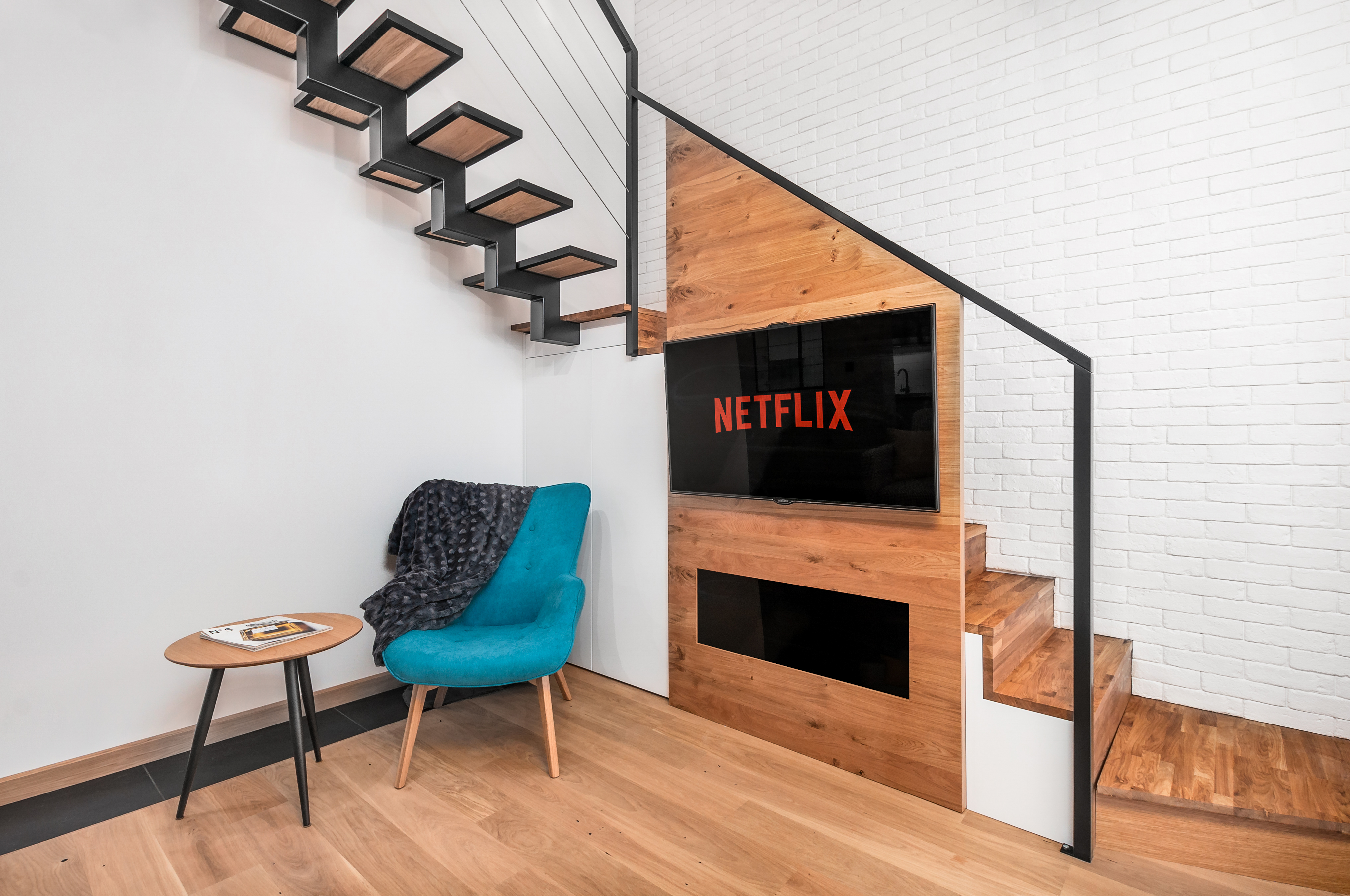 Zdjęcie wnętrza - fotel ze stolikiem przy schodach