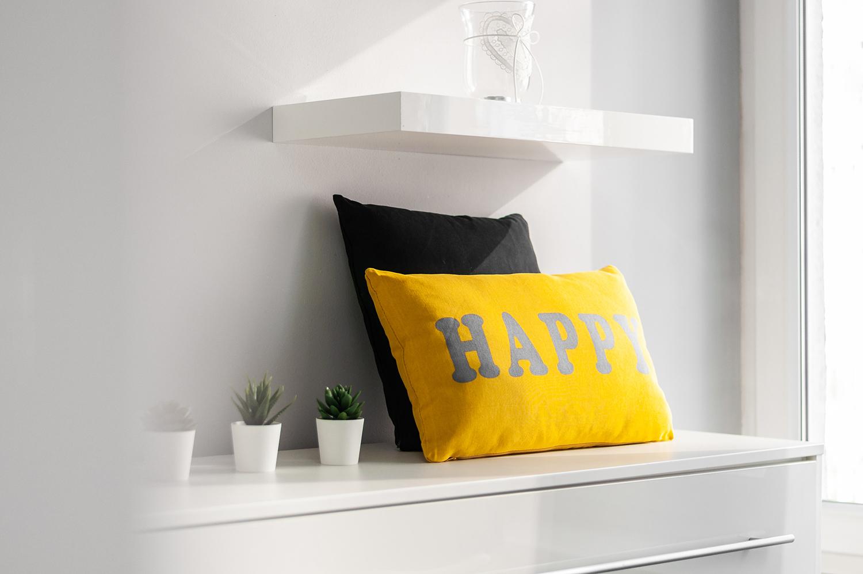 Zdjęcie wnętrza - żółta poduszka z napisem happy