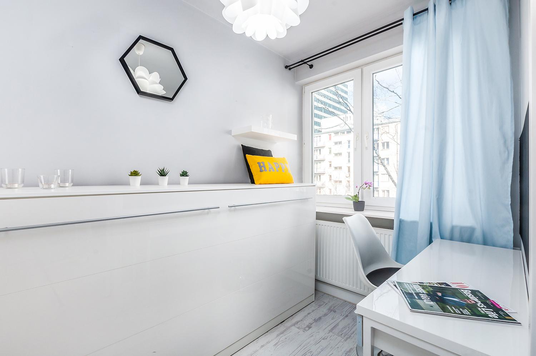 Zdjęcie wnętrza - Mała sypialnia z białą komodą i biurkiem z krzesłem