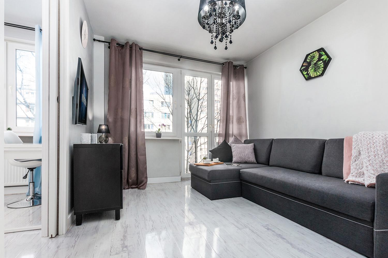 Zdjęcie wnętrza - salon z sofą, komodą i telewizorem na ścianie