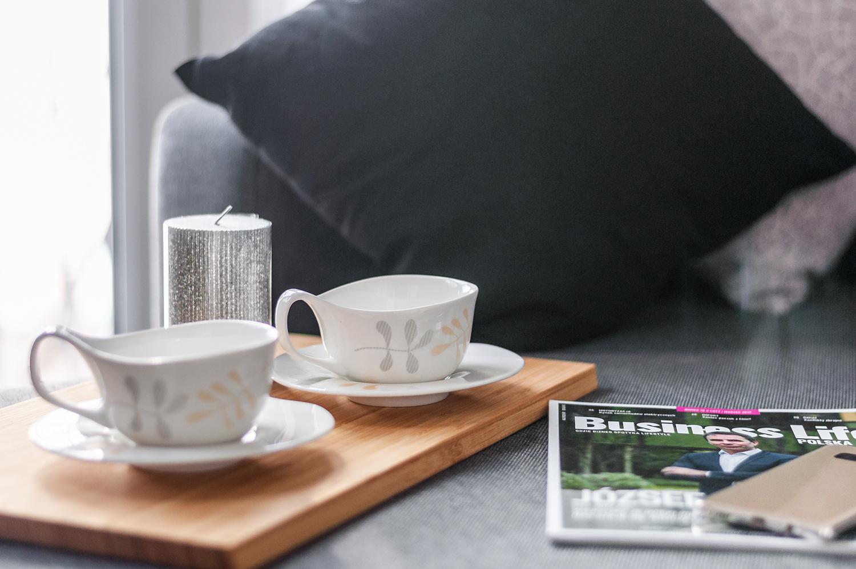 Zdjęcie wnętrza - dwie filiżanki z kawą na drewnianej desce
