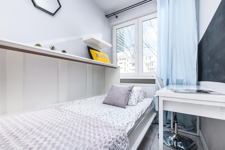 Zdjęcie wnętrza - mała sypialnia z pojedynczym łóżkiem