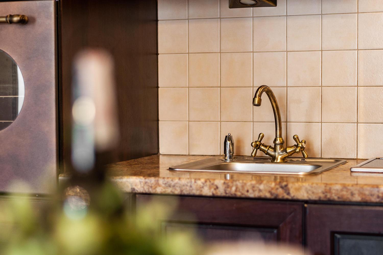 Zdjęcie wnętrza - zdobiony miedziany kran w kuchni