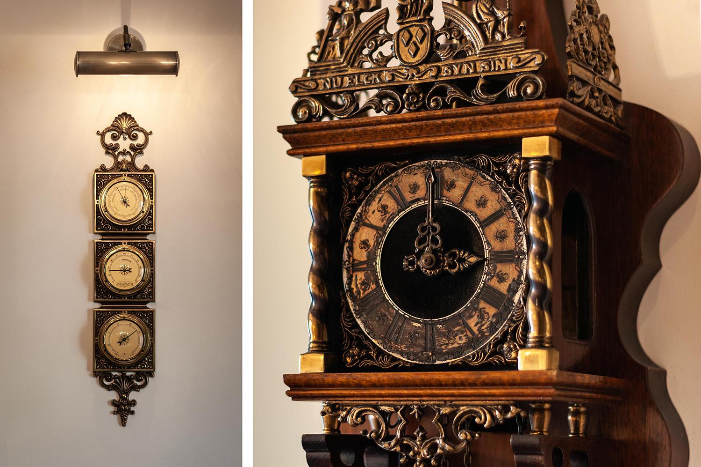 Zdjęcie wnętrza - antyczny drewniany zegar z mosiężnymi zdobieniami obok barometru