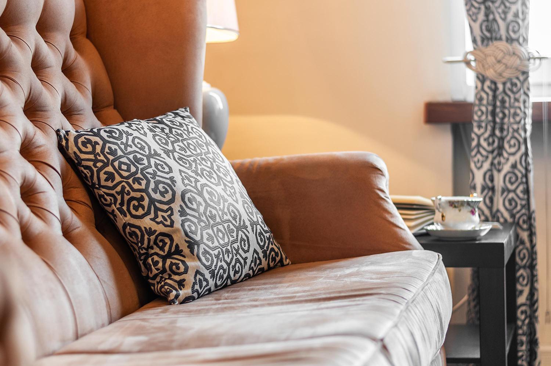 Zdjęcie wnętrza - poduszka na pikowanej sofie