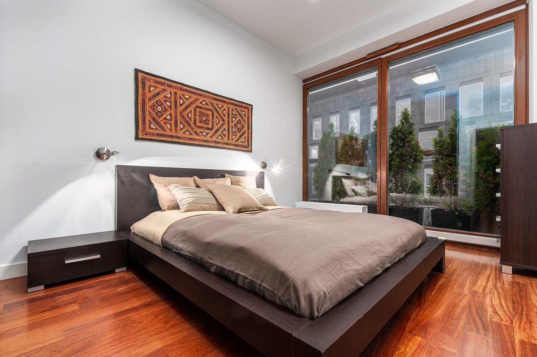 Zdjęcie wnętrza - sypialnia z dużym łóżkiem i dużym oknem