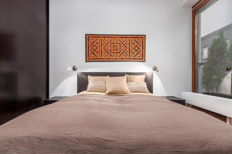 Zdjęcie wnętrza - duże, pościelone łóżko w sypialni
