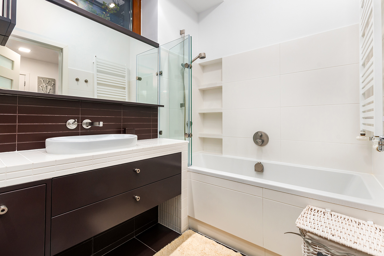 Zdjęcie wnętrza - duże lustro i wanna z prysznicem w łazience