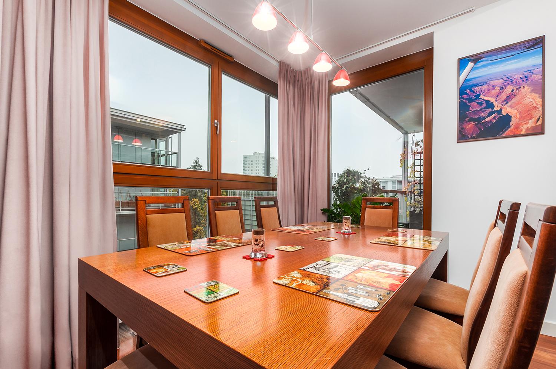 Zdjęcie wnętrza - drewniany stół w jadalni przy oknie