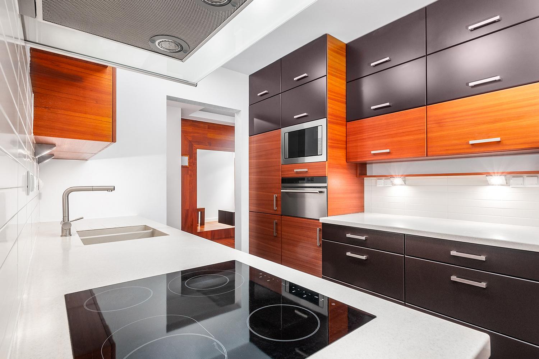 Zdjęcie wnętrza - kuchnia z drewnianymi meblami i płyta indukcyjna