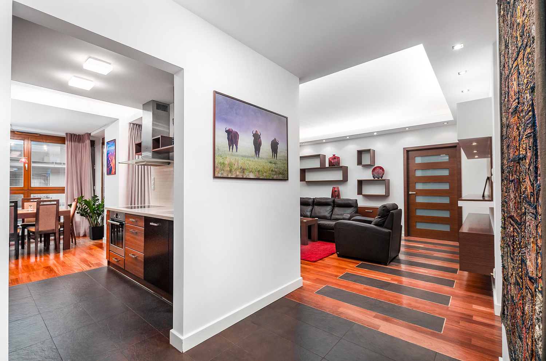 Zdjęcie wnętrza - korytarz z przejściem do salonu i do kuchni
