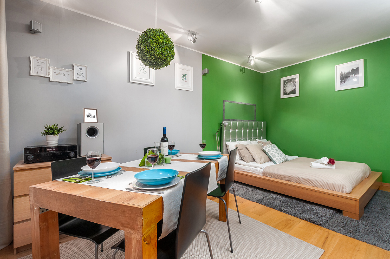 Zdjęcie wnętrza - zastawiony stół i łóżko w sypialni