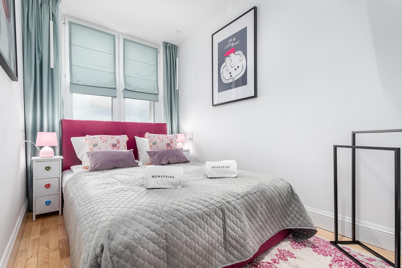 Zdjęcie wnętrza - dwuosobowe łóżko z szafką nocną w sypialni