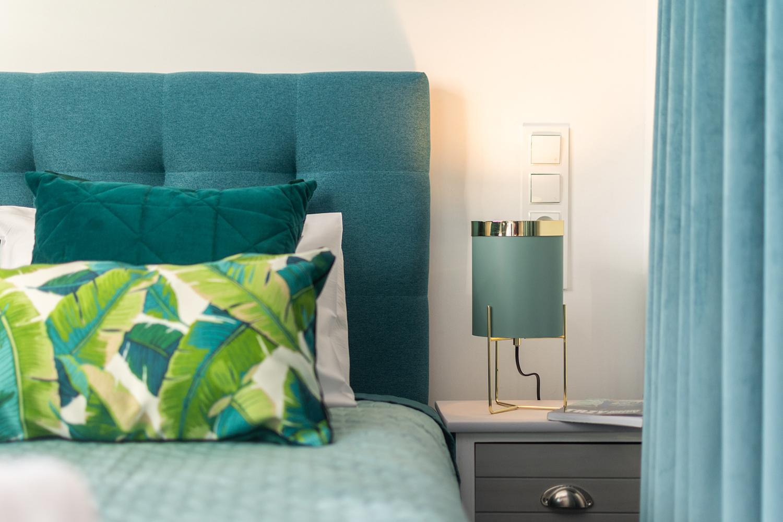 Zdjęcie wnętrza - lampka nocna przy łóżku