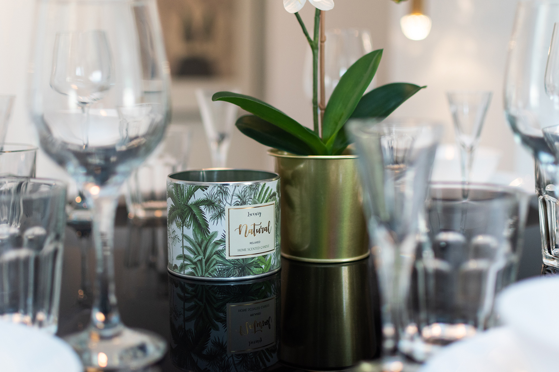 Zdjęcie wnętrza - świeca zapachowa na zastawionym stole