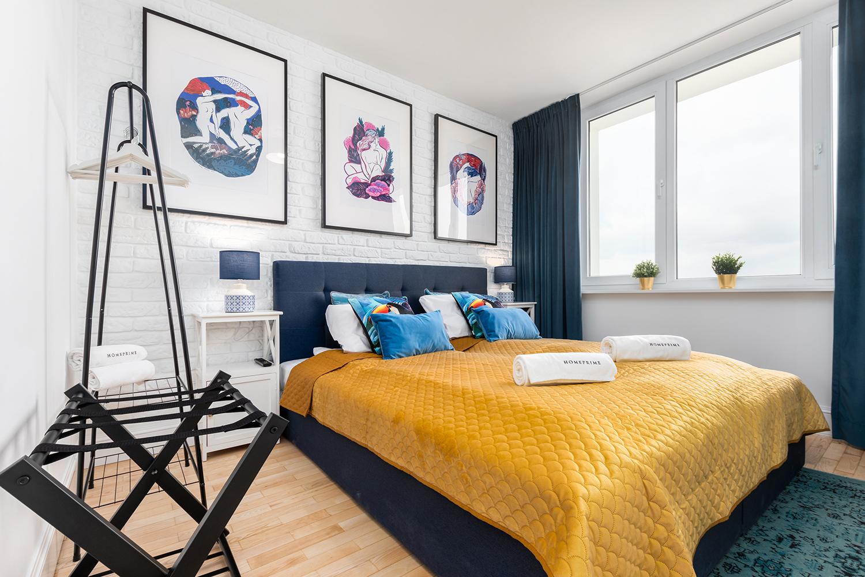 Zdjęcie wnętrza - dwuosobowe łóżko przy oknie w sypialni