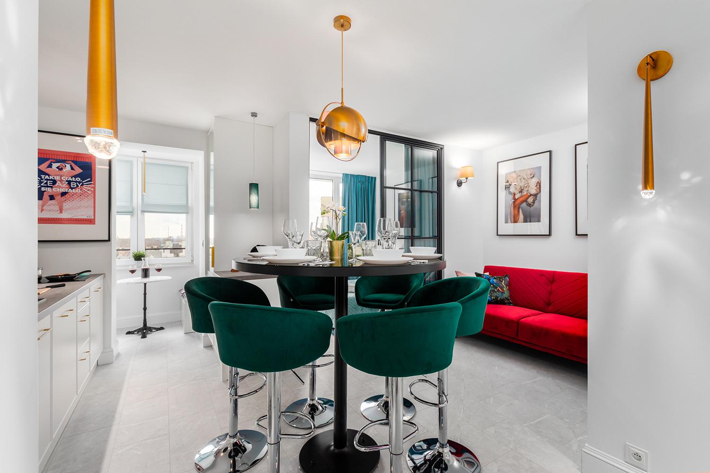 Zdjęcie wnętrza - okrągły zastawiony stół wraz z hokerami w salonie