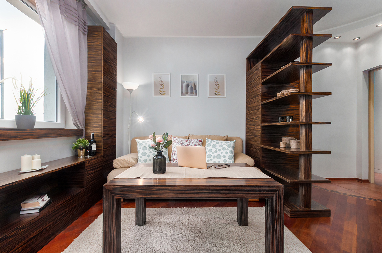 Zdjęcie wnętrza - salon z drewnianymi meblami i stół