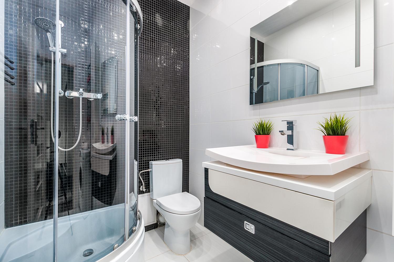 Zdjęcie wnętrza - designerski zlew i kabina prysznicowa w łazience