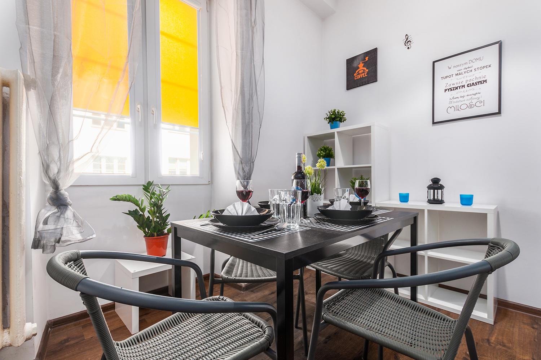 Zdjęcie wnętrza - zastawiony stół przy oknie w salonie