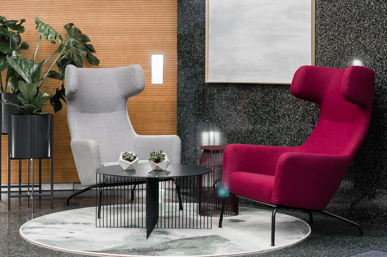 Zdjęcie wnętrza - dwa fotele ze stolikiem kawowym