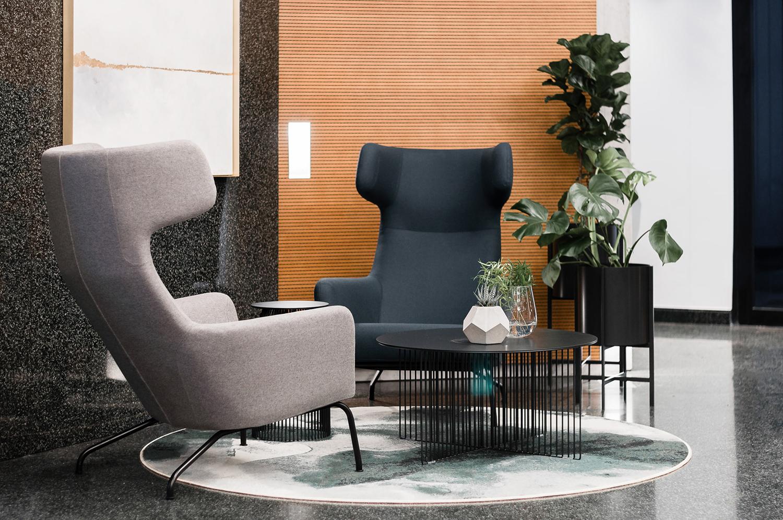 Zdjęcie wnętrza - dwa fotele naprzeciwko siebie i stolik kawowy z kwiatkiem