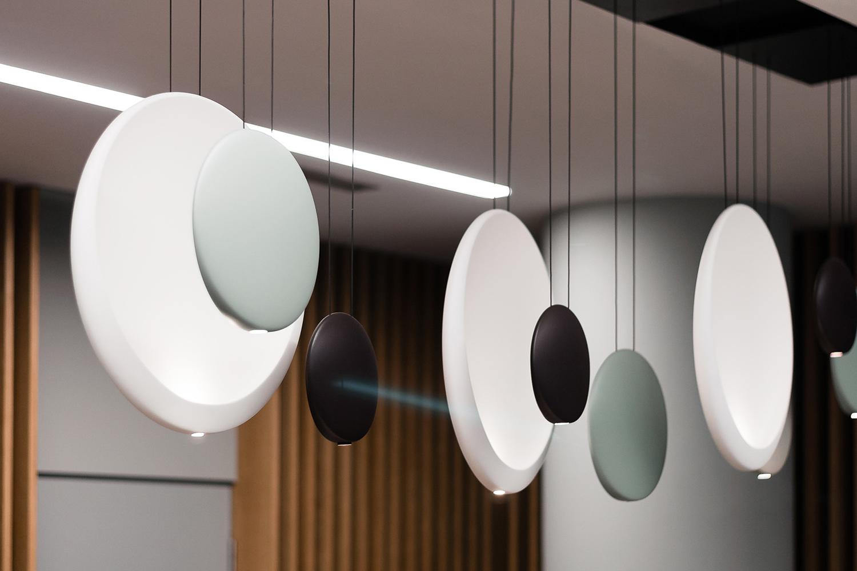 Zdjęcie wnętrza - wiszące ozdobne lampy w kształcie koła
