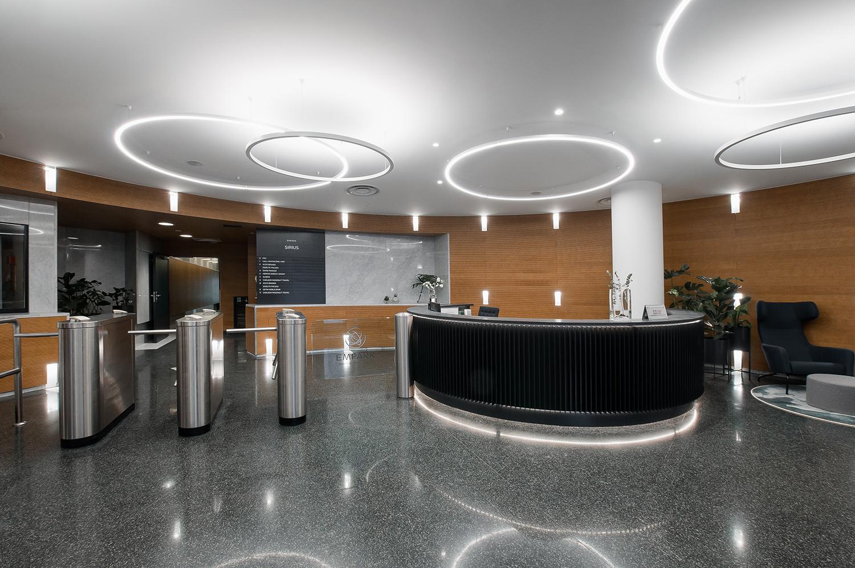 Zdjęcie wnętrza - duża przestronna recepcja w biurowcu EmPark