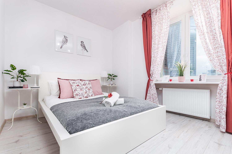 Zdjęcie wnętrza - dwuosobowe łózko w sypialni i okno