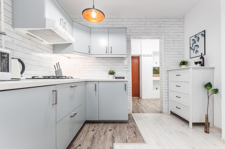 Zdjęcie wnętrza - aneks kuchenny i biała komoda