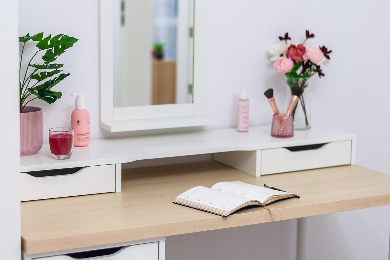 Zdjęcie wnętrza - damska toaletka z lustrem i otwarty kalendarz