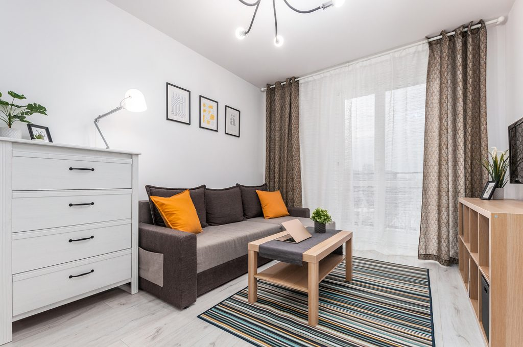 Zdjęcie wnętrza - sofa ze stolikiem i komoda w salonie