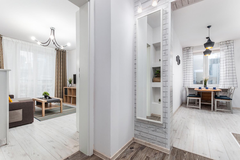 Zdjęcie wnętrza - lustro w przedpokoju z widokiem na kuchnię i salon