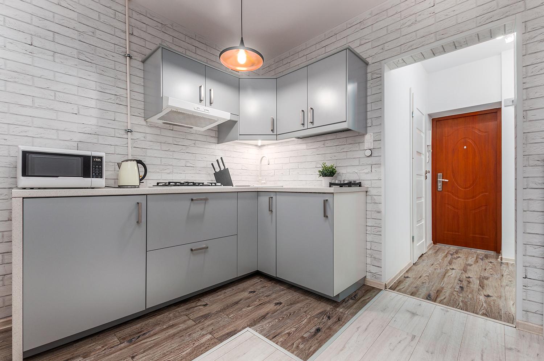 Zdjęcie wnętrza - aneks kuchenny i drzwi wejściowe