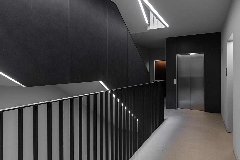 Zdjęcie wnętrza - designerska nowoczesna klatka schodowa i winda