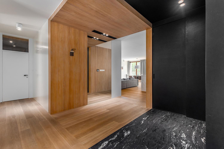 Zdjęcie wnętrza - designerski drewniano kamienny korytarz z lustrem