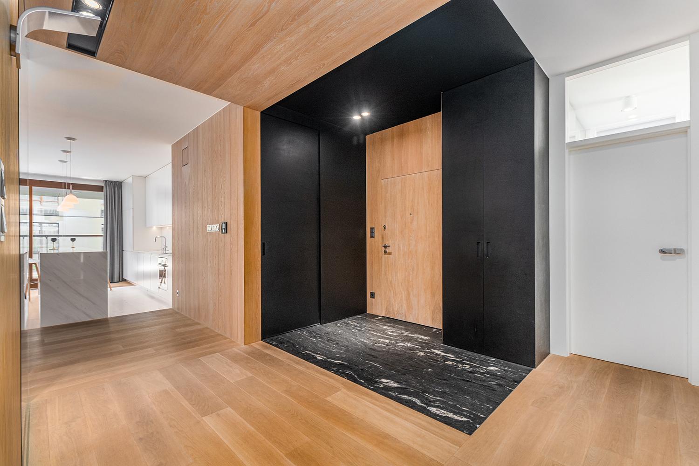Zdjęcie wnętrza - drzwi wejściowe i przejście na salonu z kuchnią