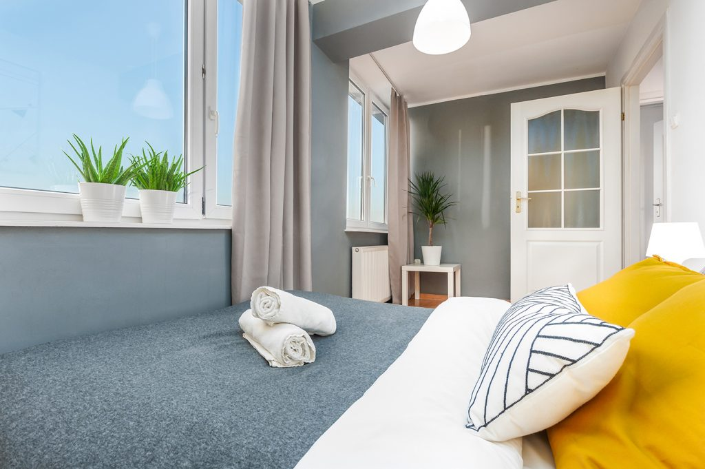 Zdjęcie wnętrza - łóżko dwuosobowe na wprost okna w sypialni