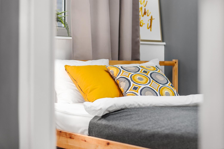 Zdjęcie wnętrza - poduszki na łóżku w sypialni