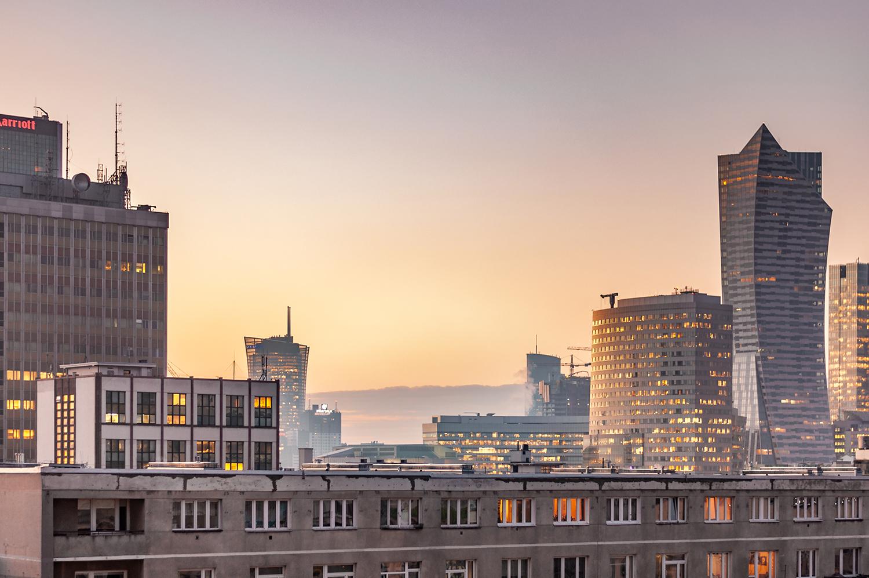 Zdjęcie widoku - Warszawskie wieżowce o zachodzie słońca widziane z okna