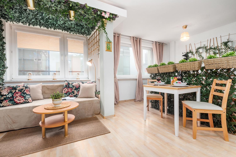 Zdjęcie wnętrza - altanka z bluszczem i zastawiony stół w salonie