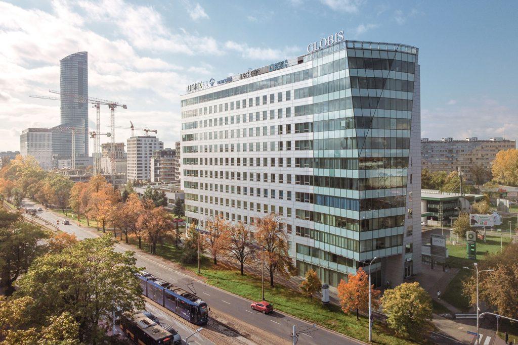 Zdjęcie z drona - oszklony budynek biurowy w mieście przy ulicy