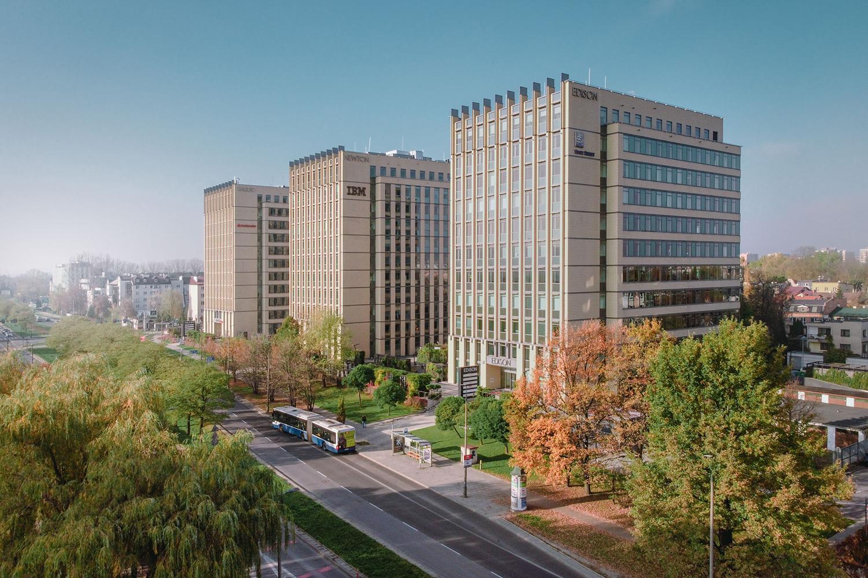 Zdjęcie z drona - budynki biurowe wśród zieleni w mieście