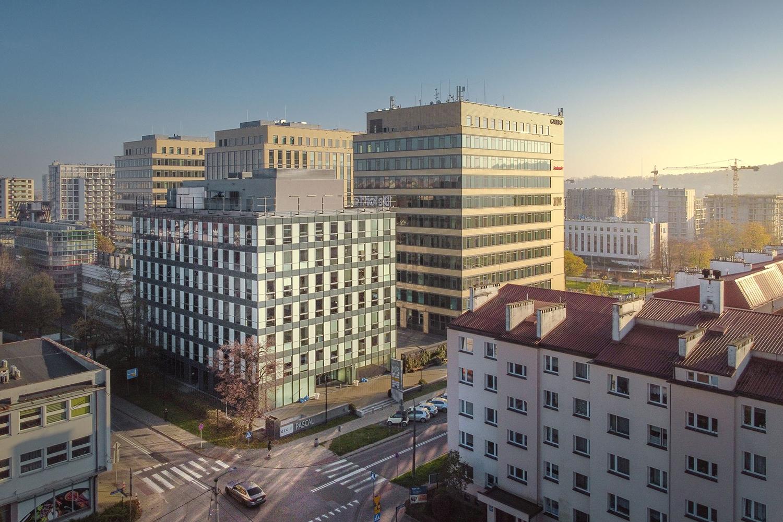 Zdjęcie z drona - budynki biurowe w mieście o zachodzie słońca