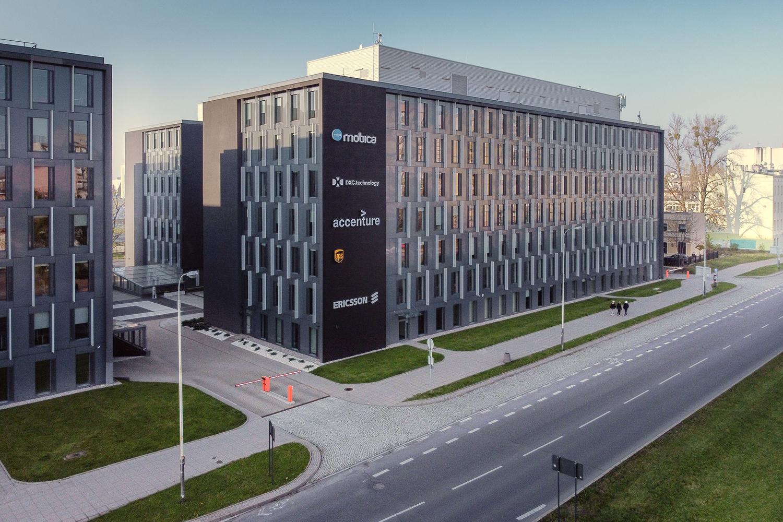 Zdjęcie z drona - budynek biurowy przy ulicy w mieście